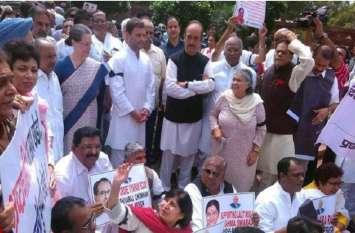 रफाल सौदा: संसद परिसर में कांग्रेस का प्रदर्शन जारी, हंगामे में राहुल, सोनिया गांधी और मनमोहन शामिल
