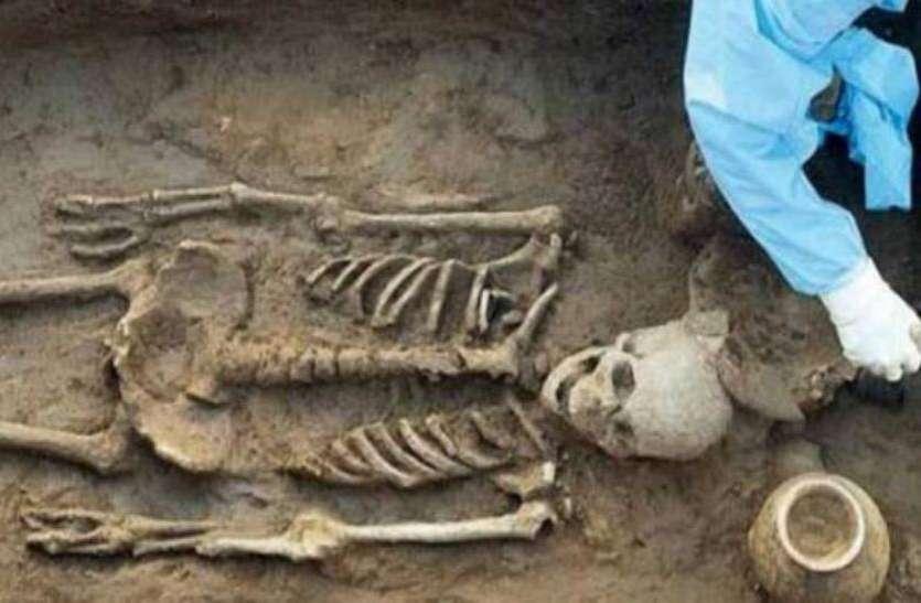 VIDEO: 8 महीने पुरानी कब्र को खोदकर निकाला कंकाल, सूचना मिलते ही जुट गई भारी भीड़