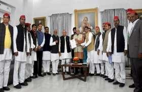 अखिलेश की फ्लाइट रोके जाने के मामले में सपा-बसपा के 15 सदस्यों ने राज्यपाल राम नाईक को सौंपा ज्ञापन