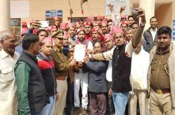 दूसरे दिन भी सपाइयों ने जमकर काटा बवाल, योगी सरकार बर्खास्त करने की मांग