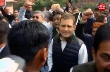 VIDEO: मोदी सरकार के खिलाफ टीएमसी सांसदों का प्रदर्शन, राहुल गांधी भी रहे मौजूद
