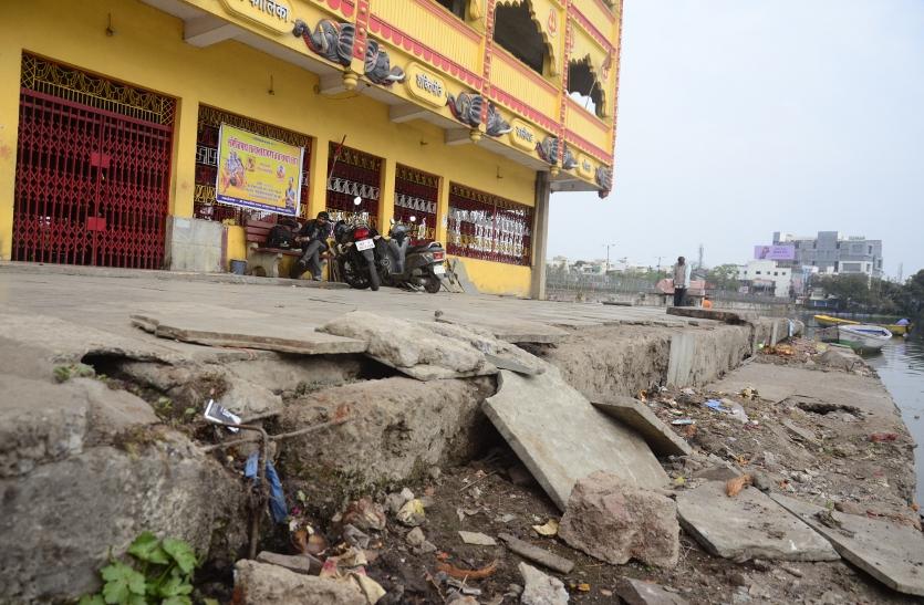 दो साल से उखड़ा है घाट का फर्श, सीढिय़ां भी टूटी पड़ी, कई श्रद्धालु हो जाते हैं जख्मी