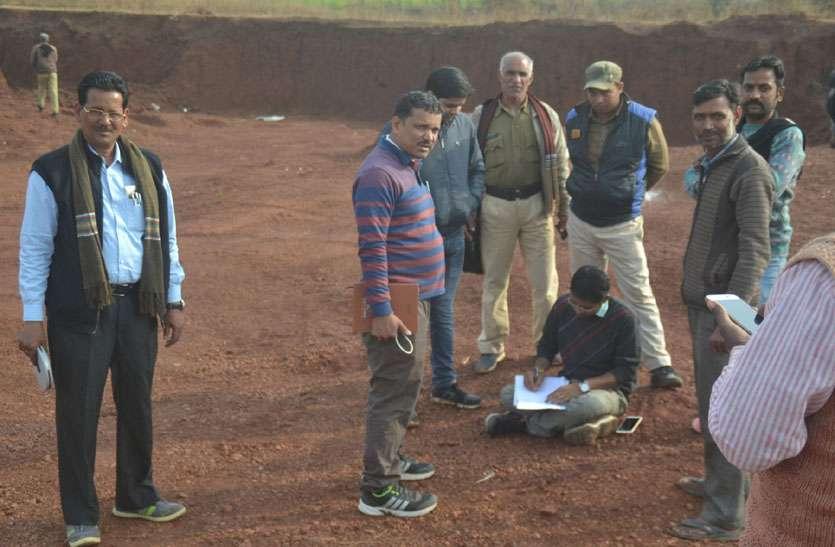 मंडी की बाउंड्री के पास गढ्डा खोद निकाली मुरम, अब विभाग दर्ज कराएगा एफ आईआर