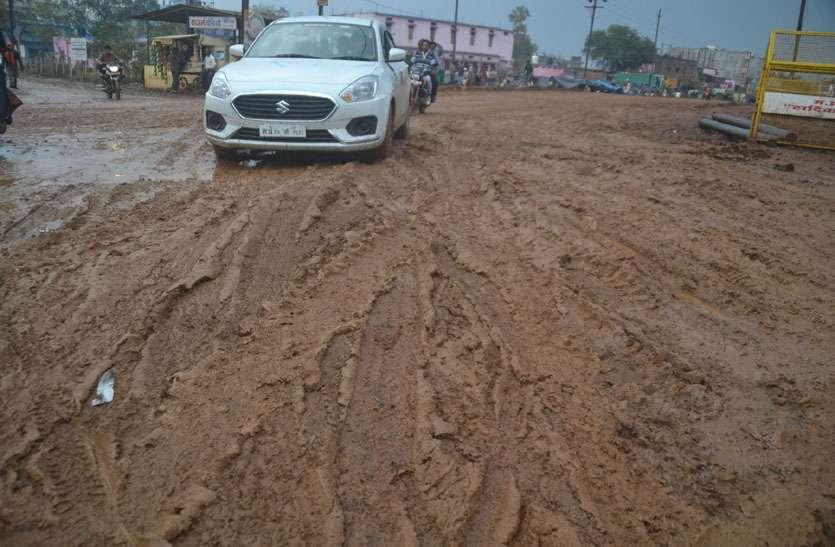 लाल मिट्टी डाली तो बारिश हुई कीचड़, फि सले सैकड़ो वाहन