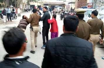 सरेआम दरोगा ने दिखार्इ दबंगर्इ, बहन के सामने भार्इ का किया ये हाल, देखें वीडियो-
