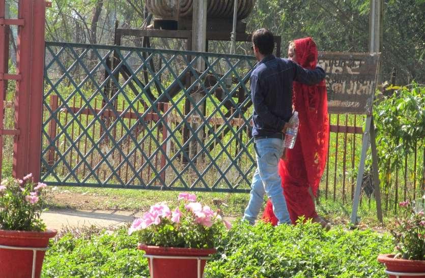 Photo Gallery : पुलिस के पहरे में खिले युवाओं के चेहरे, गुलाब की जमकर हुई खरीदारी