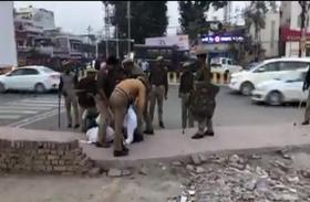 अमित शाह को काला झंडा दिखाने जा रहे सपा नेता आदिल हमजा को पुलिस ने लाठियों से जमकर पीटा