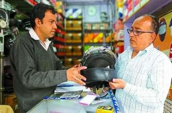 अलवर में हेलमेट के नाम पर बिक रहे प्लास्टिक के टोप, पुलिस से तो बचा सकते हैं, लेकिन दुर्घटना से नहीं