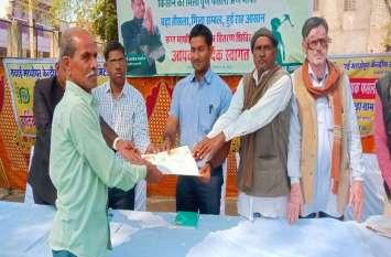 किसानों को बांटे कर्ज माफी प्रमाण-पत्र