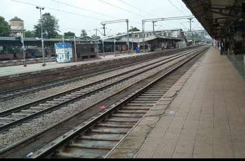 ट्रेनों की राह ताकते रहे यात्री, रेलवे स्टेशन पर पसरा सन्नाटा