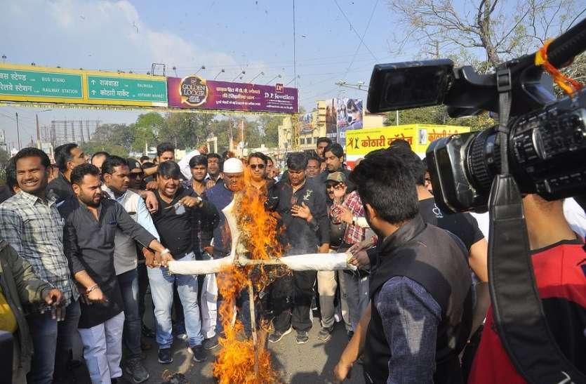 पाकिस्तान व आतंकवाद का पुतला जलाया...बोले हमले का मुंहतोड़ जवाब दिया जाए