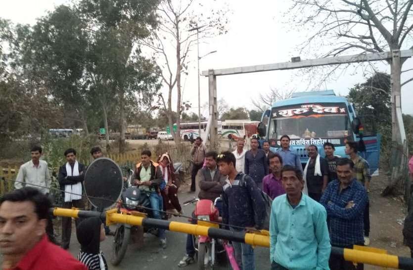 अचानक लॉक हो गया रेलवे फाटक, चार घंटे भीषण जाम में फंसे रहे लोग