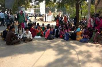 तृतीय श्रेणी अध्यापक भर्ती: तीसरे दिन भी नियुक्ति का इंतजार, अभ्यर्थियों ने लगाया परिषद कार्यालय के बाहर डेरा