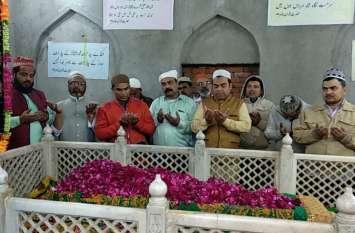 Pulwama Terror Attack: जुमे की नमाज के बाद मुस्लिमों ने दी शहीदों को श्रद्धांजलि,  आतंकवाद के खात्मे के लिए हुई दुआ