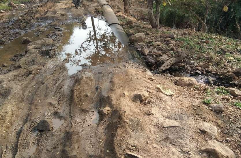 केरवा वाटर लाइन में मिल रहा था नहर का पानी