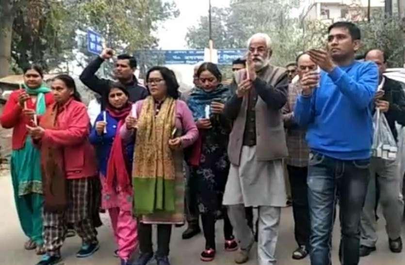 पुलवामा आतंकी हमले में शहीद जवानों के लिए शांति मार्च निकाल लोगों ने दी श्रद्धांजलि