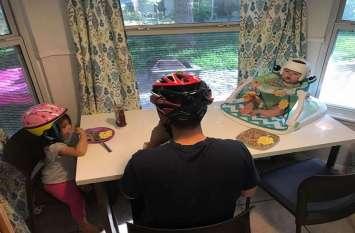 घर में हेलमेट पहनकर रहता है ये परिवार, रुला देगी इसके पीछे की वजह