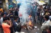 पुलवामा में हुए आतंकी हमले को लेकर जगह-जगह हुआ विरोध प्रदर्शन, फूंका पुतला