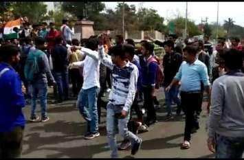 पुलवामा हमला का यूनिवर्सिटी के छात्रों ने इस तरह किया विरोध