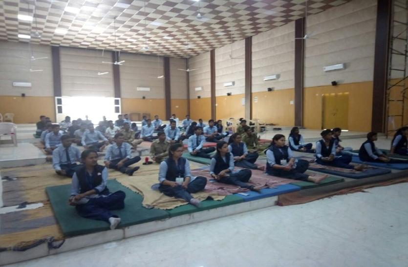 परीक्षा के दौेरान एकाग्रता और मानसिक शांति के लिए छात्र ले रहे योग का सहारा