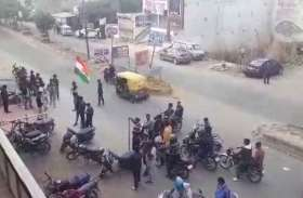भारत बंद Pulwama Terror Attack: गुस्से में युवा निकले सड़कों पर और देखते ही देखते गिरने लगे दुकानों के शटर
