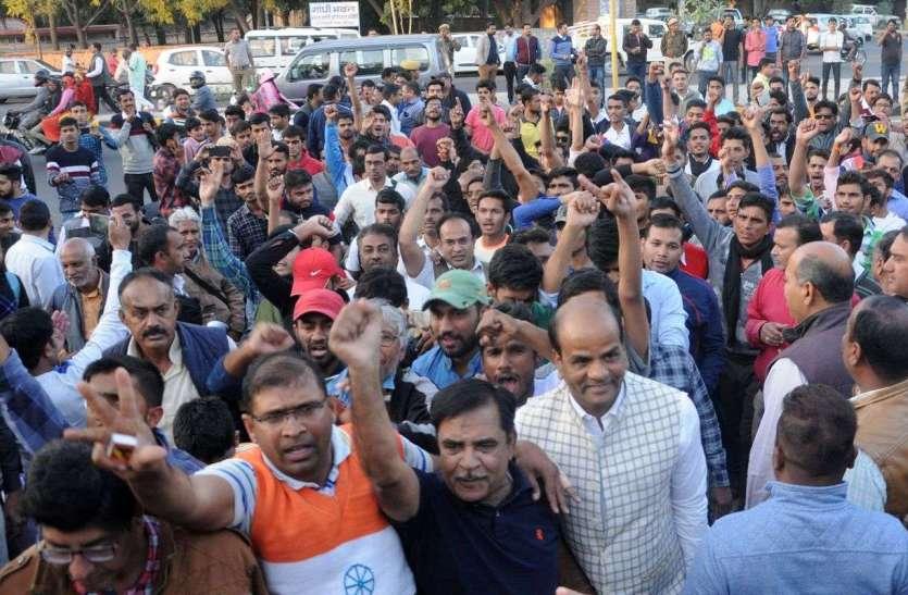 #PulwamaAttack:आतंकवाद के खिलाफ फूटा आक्रोश, शहीद जवानों को दी श्रद्धांजलि, देखें तस्वीरें...