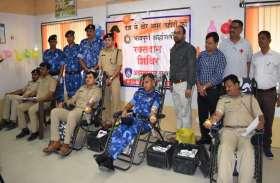 आरएएफ व पुलिस जवानों ने रक्तदान कर शहीदों को दी श्रद्धांजलि