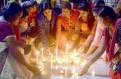 Photo Gallery :- शहर के शैलपुत्री स्व सहायता समूह के महिलाओं ने शहीदों को श्रद्धाजंलि देते हुए दीप जलाए....