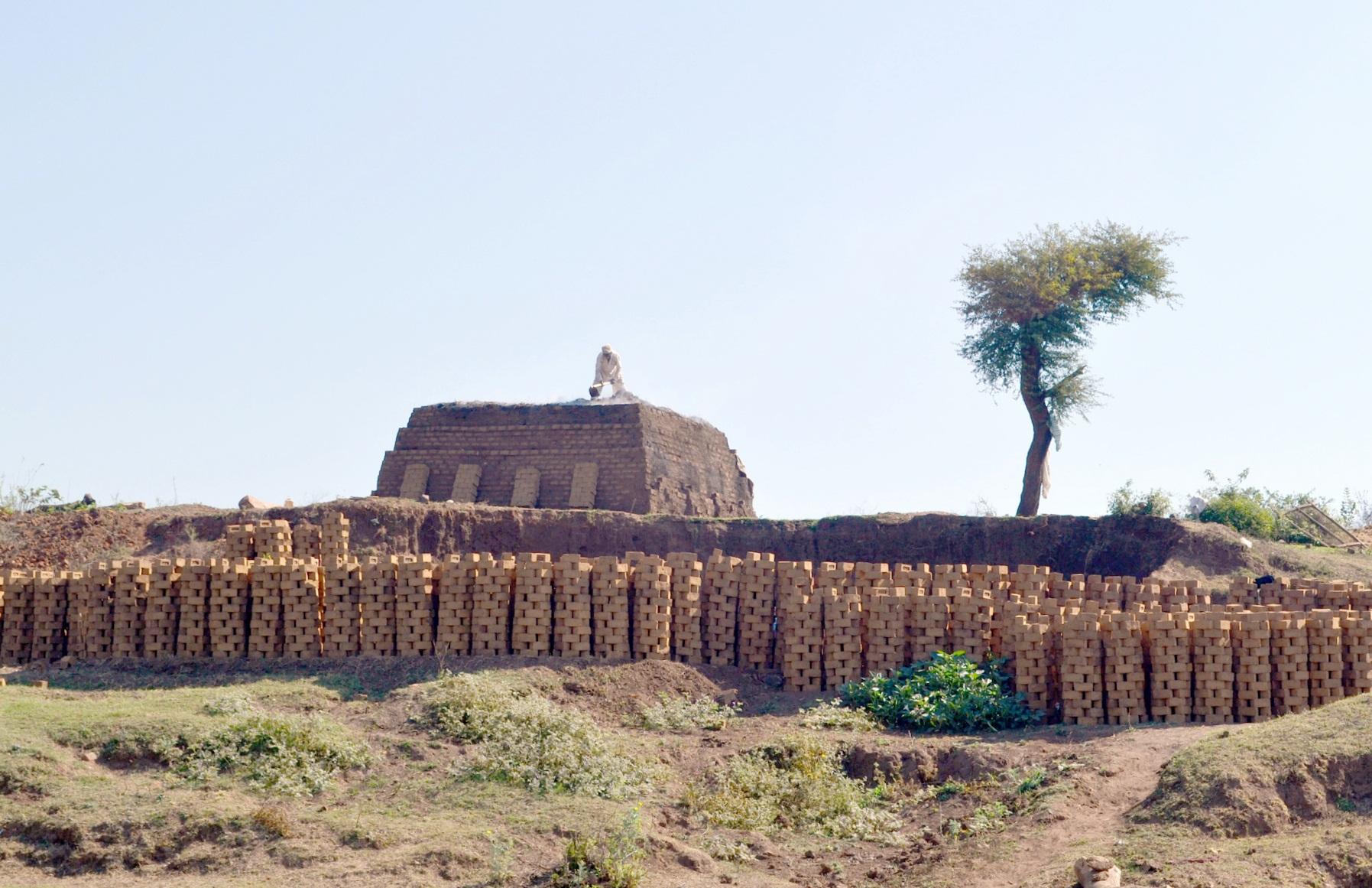 नदी किनारे अवैध रूप से मिट्टी की खुदाई कर बेरोकटोक बनाई जा रही ईंट