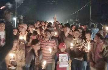 धनौरावासियों ने शहीदों की याद में निकाला केंडल मार्च : देखें वीडियो