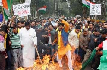 Pulwama Attack: आध्यात्मिक गुरु ने फूंका पाकिस्तान का झंडा