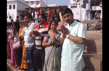 #PulwamaAttack : पुरोहितों ने पुष्कर सरोवर के किनारे शहीद सैनिकों की आत्मिक शांति के लिए किया तर्पण