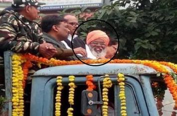 पुलवामा शहीदों की श्रद्धांजलि सभा में हंसे साक्षी महाराज, राहुल गांधी भी हुए ट्रोल
