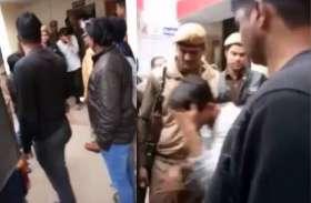 VIDEO- पुलवामा हमले को 'बहुत बढ़िया' कहने वाला छात्र मुंह छिपाता बैठा पुलिस की गाड़ी में, देखते ही लोगों ने कहा...