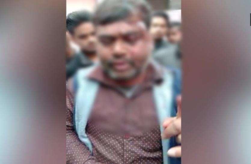 Pulwama attack : 40 जवानों के शहीद होने पर लगाये पाकिस्तान के समर्थन में नारे, विरोध किया तो मार दी कैंची- देखें वीडियो
