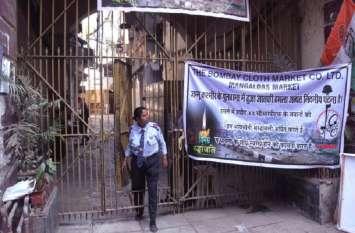 शहीदों के सम्मान में बंद रहे बाजार