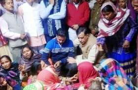 शहीद के पिता को गले लगा रो पड़े मंत्री महाना, खून के एक-एक बूंद का लिया जाएगा बदला