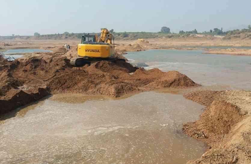अलोनी नदी को कर रहे थे खोखला, रेत के अवैध खनन में लगे तीन ट्रैक्टर जब्त, चालक फरार, जानिए पूरा मामला