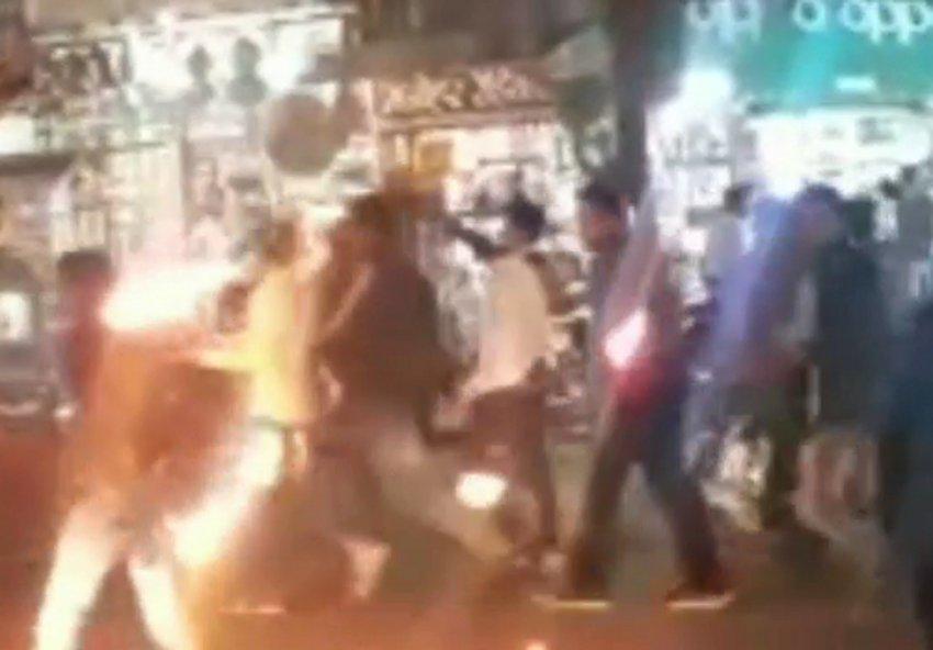 शहरवासियों ने कैंडल मार्च निकालकर शहीदों को किया नमन