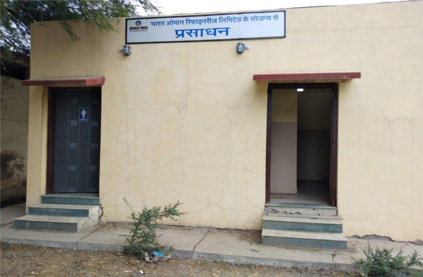 यहां रखरखाव के अभाव में जर्जर हुआ सुविधाघर, दरवाजा तक चोरी कर ले गए लोग, पढ़े खबर