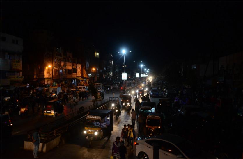 पुलवामा आतंकी हमले के विरोध में व्यापारियों ने किया बाजारों ब्लैक ऑऊट