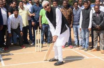 मां महामाया कप क्रिकेट प्रतियोगिता का हुआ भव्य शुभारंभ, स्वास्थ्य मंत्री टीएस और उनके भतीजे ने लगाए शानदार चौके- देखें Video