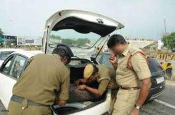 फटी रह गई पुलिस की आंखें जब मंडल महामंत्री लिखी हुई लक्ज़री कार में मिला लाखों का ये सामान