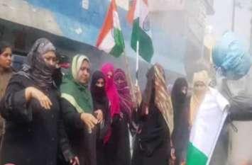 Pulwama attack: मुस्लिम महिलाआें ने मुर्दाबाद नारों के साथ पाकिस्तान का झंडा जलाकर दिखार्इं चूड़ियां - देखें वीडियो