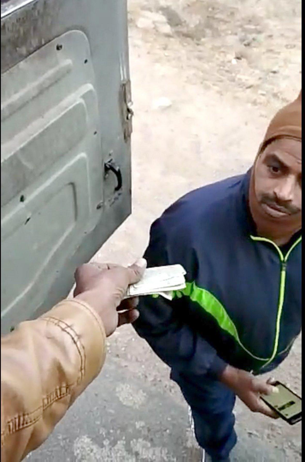 खुलेआम ट्रक चालक से अवैध वसूले करते आरक्षक कैमरे में कैद