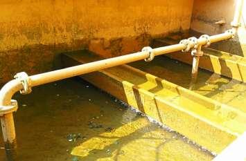 जिले की फिल्टर प्लांट की दीवार पर जमी धूल, शहर में अशुद्ध पानी आपूर्ति कर बांट रहे बीमारी