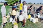 हैंडपंपों ने तोड़ा दम, पेयजल के लिए एक किमी दूर खेतों पर जाना मजबूरी