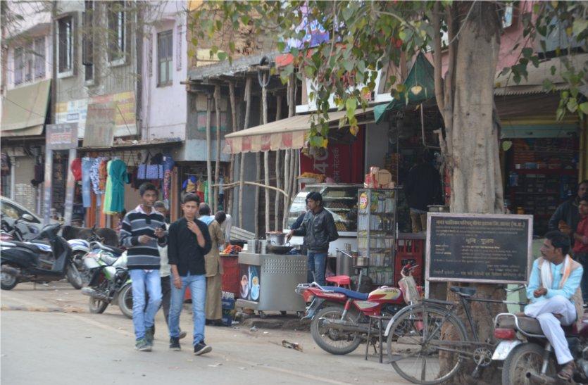 एक दिन हुई अतिक्रमण हटाने की रस्मअदायगी, सड़कों तक फैली दुकानें से परेशान लोग