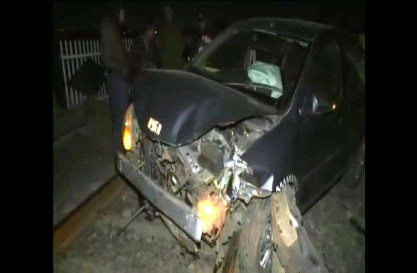 तेज रफ्तार कार रेलवे ट्रेक से टकराने के बाद हुई दुर्घटनाग्रस्त