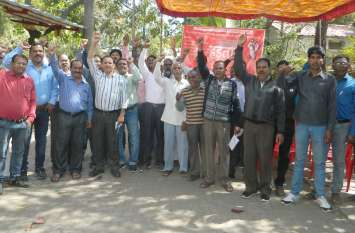 बीएसएनएल कर्मी हड़ताल पर, कामकाज ठप